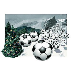 Palloni da calcio che cadono costeggiando un albero di natale